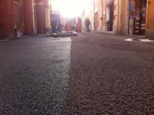 L'asfalto di Corso Italia: da sinistra a destra vediamo il prima e il dopo trattamento di pallinatura