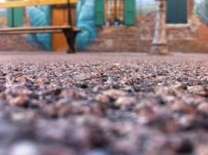 Il nuovo asfalto con effetto rossiccio in Piazzetta Betlemme